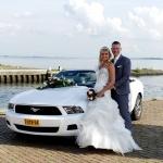 Ford Mustang Trouwauto met getrouwd paar in Hellevoetsluis