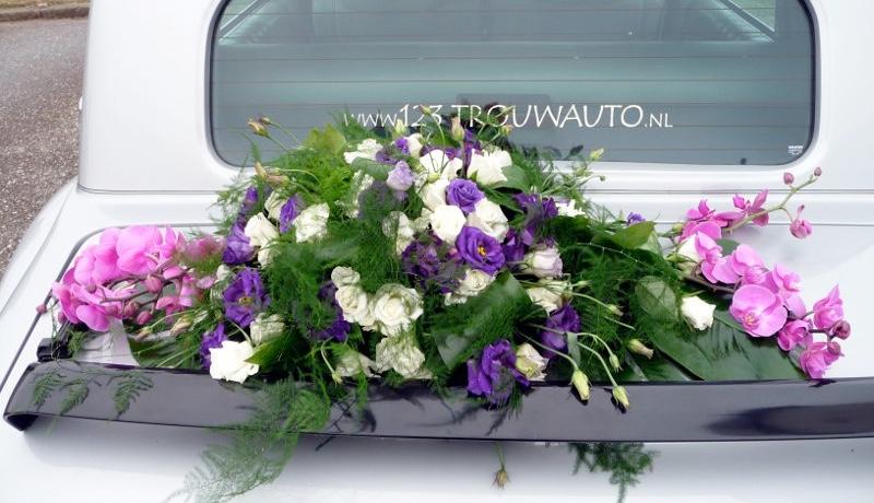Trouwauto met mooi bloemstuk