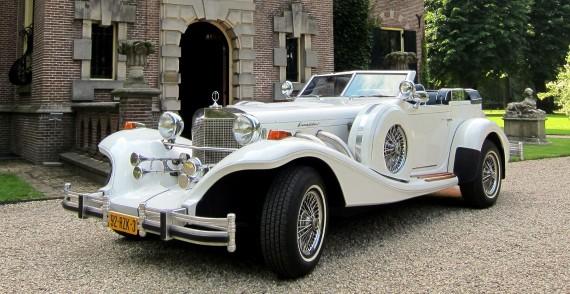 Excalibur Phaeton Cabriolet (wit/blauw) trouwauto schuin voorkant