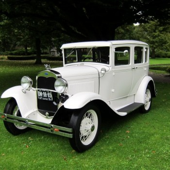 A-Ford (1930) trouwauto schuin voor