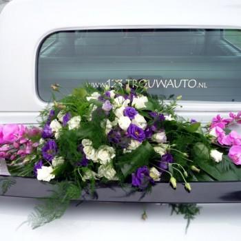 Excalibur Sedan trouwauto achterkant met boeket