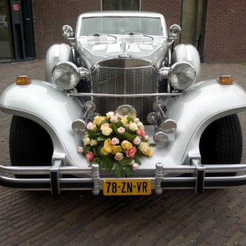 Excalibur Sedan trouwauto voorkant met boeket