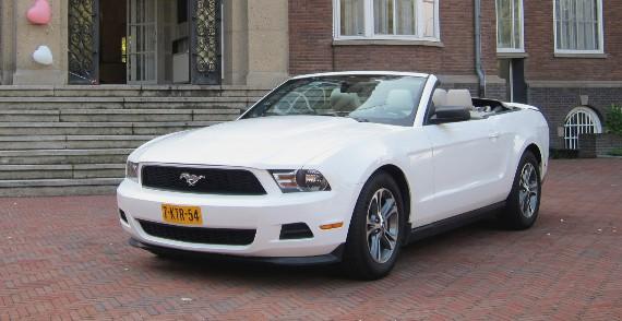 Ford Mustang Cabriolet (nieuw) trouwauto schuin voor