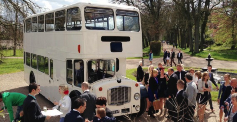 Oldtimer bus als trouwauto