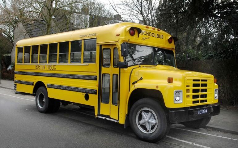 Amerikaanse bus om trouwgasten in te vervoeren