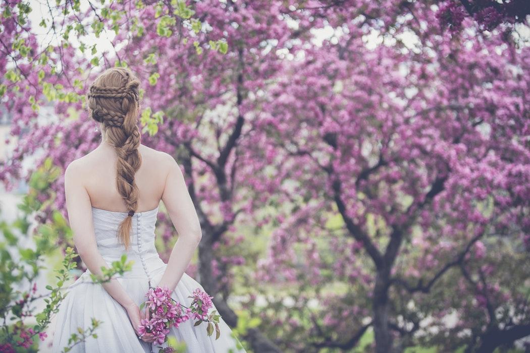 bruid in de lente omringd door mooie bloemen